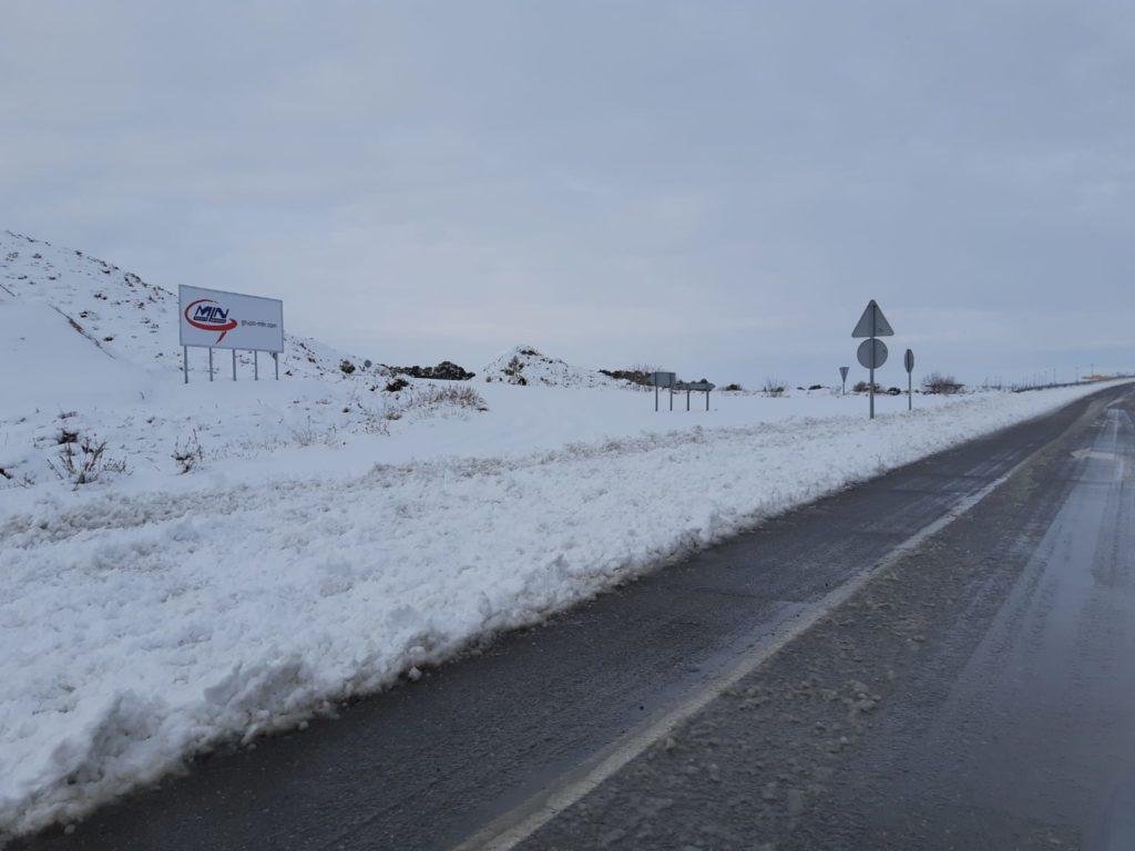 carretera de acceso a La Penaza cubierta de nieve por el temporal Filomena