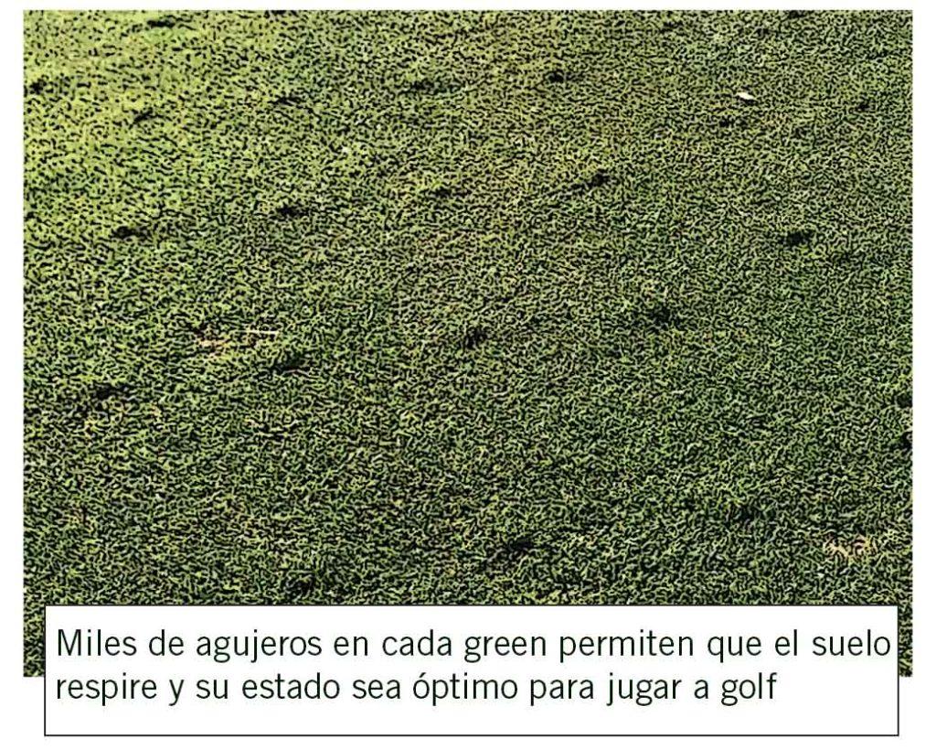 Miles de agujeros en cada green permiten que el suelo respire y su estado sea óptimo para jugar a golf.